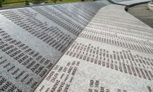 Katliamda ölenlerin isimlerinin yazılı olduğu anıt