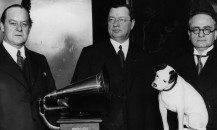 20th March 1931:  Australian bass-baritone singer Peter Dawson (1882 - 1961) with Alfred Clark, the chairman of the Gramophone Company, Russian-born British pianist Mark Hambourg (1879 - 1960), and 'Nipper' the well known HMV dog.  (Photo by Topical Press Agency/Getty Images)